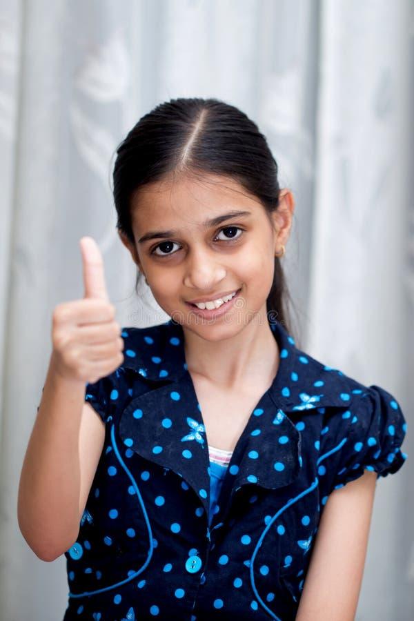 Portret van een gelukkig glimlachend Indisch jong meisje gekleed in blauw stock foto's
