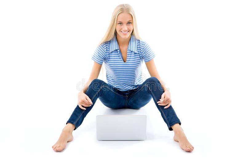 Portret van een gelukkig jong meisje met laptop computer stock afbeelding