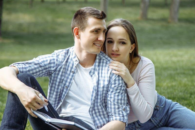 Portret van een gelukkig jong paar die van een dag in het park samen genieten stock afbeelding