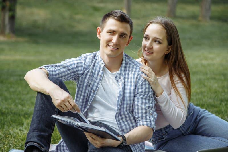 Portret van een gelukkig jong paar die van een dag in het park samen genieten royalty-vrije stock afbeeldingen