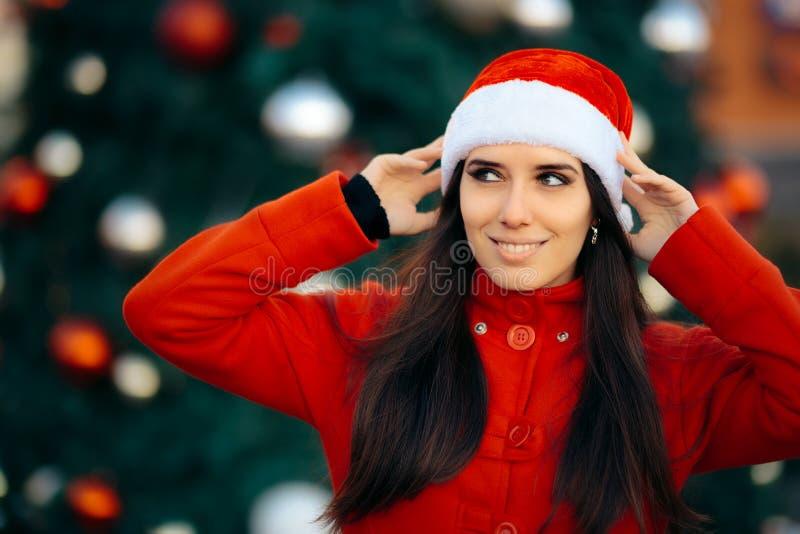 Portret van een Gelukkig Kerstmismeisje met Santa Hat stock foto's