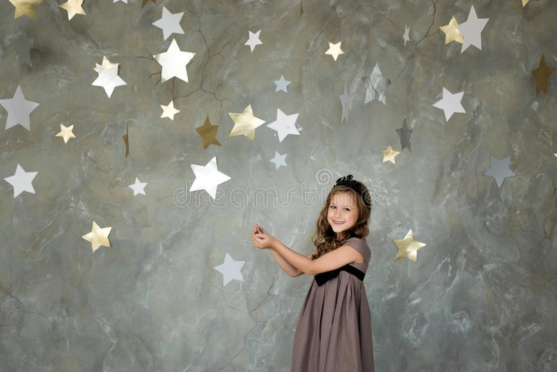 Portret van een gelukkig meisje op een achtergrond van sterren stock fotografie