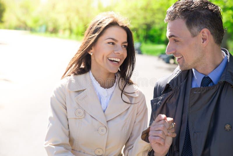 Download Portret Van Een Gelukkig Paar In Openlucht Stock Afbeelding - Afbeelding bestaande uit volwassen, wijfje: 54082931
