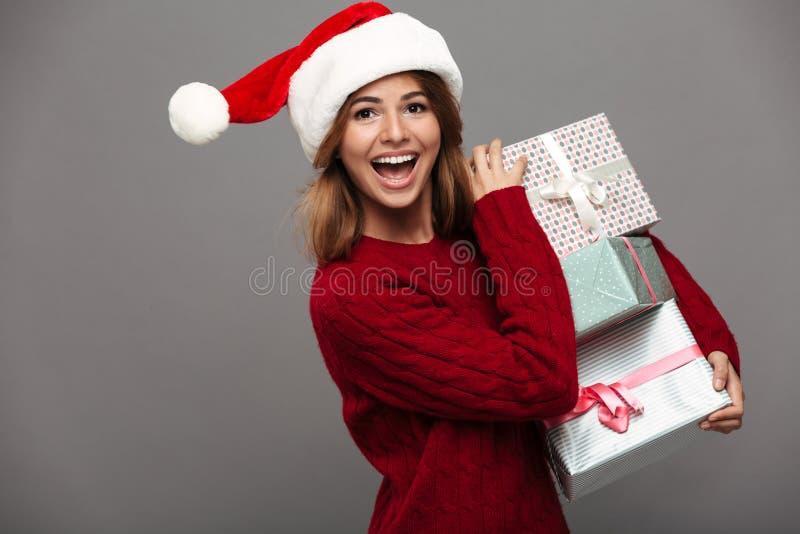 Portret van een gelukkig vrolijk meisje in Kerstmishoed stock afbeelding