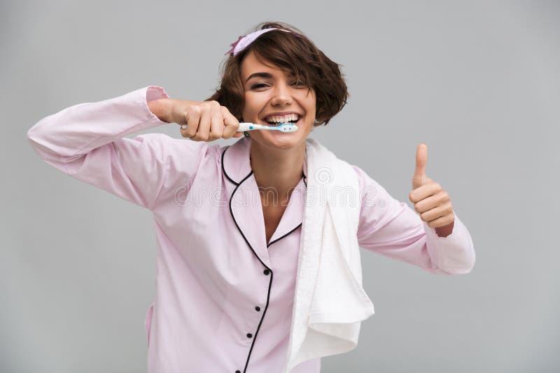 Portret van een gelukkig vrolijk meisje in pyjama's en handdoek stock foto