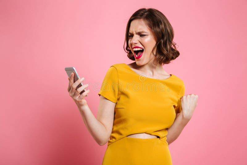 Portret van een gelukkig vrolijk vrouw het vieren succes royalty-vrije stock foto