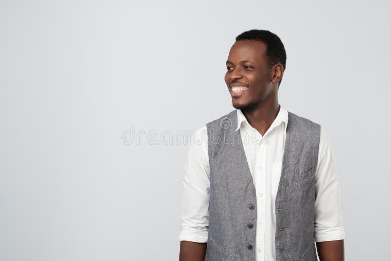 Portret van een gelukkige Afrikaanse Amerikaanse jonge zakenman die aan de linkerzijde kijken stock foto's