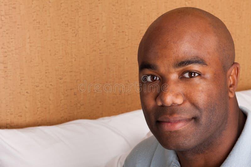 Portret van een gelukkige Afrikaanse Amerikaanse mens stock foto