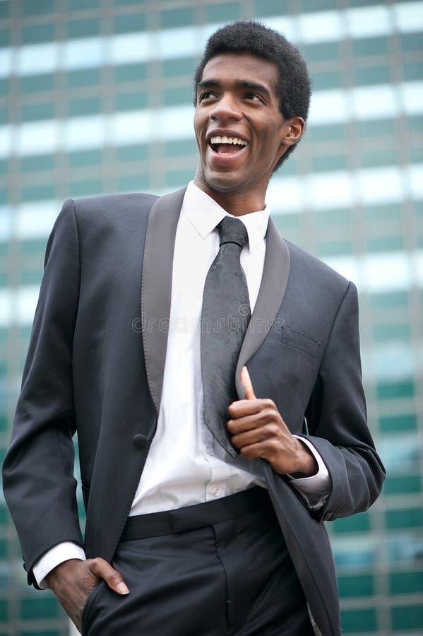 Portret van een gelukkige Afrikaanse Amerikaanse zakenman die buiten glimlachen stock afbeeldingen
