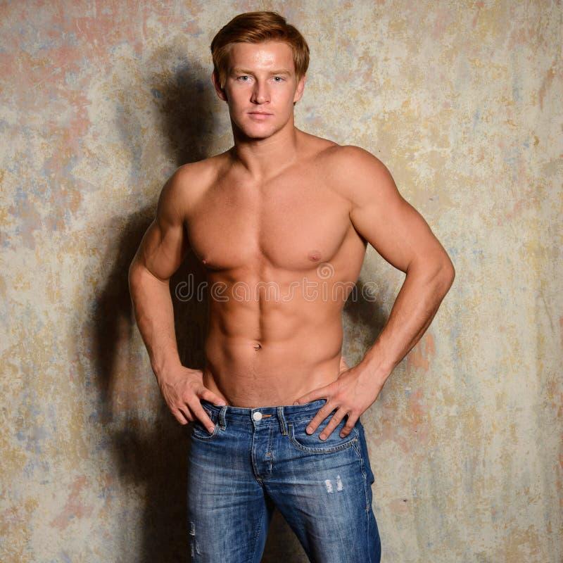 Portret van een gelukkige atletische mens met spiertorso stock fotografie