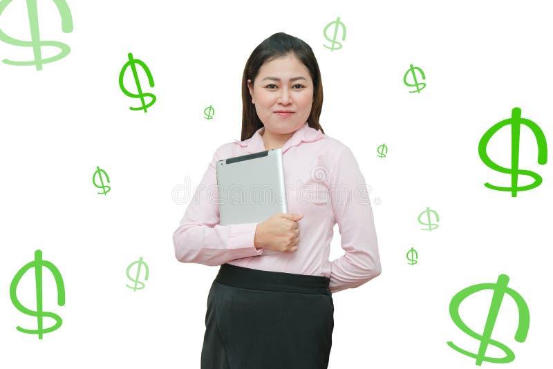Portret van een gelukkige Aziatische bedrijfsvrouw met tabletcomputer - profiteer geld die van het scherm verschijnen Online hand royalty-vrije stock fotografie
