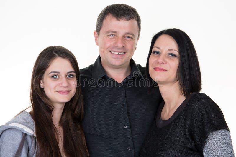 portret van een gelukkige die familie met vadermoeder en dochter op witte achtergrond wordt geïsoleerd stock afbeeldingen