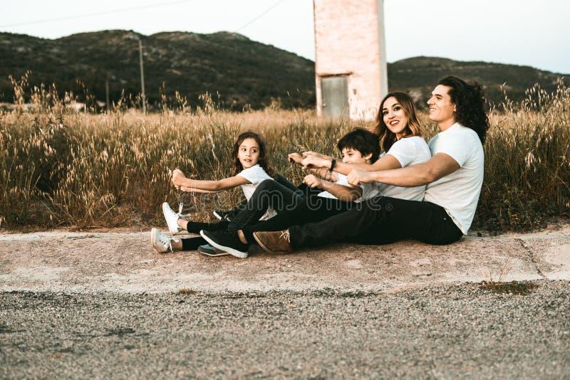 Portret van een gelukkige en grappige jonge familie in openlucht stock fotografie