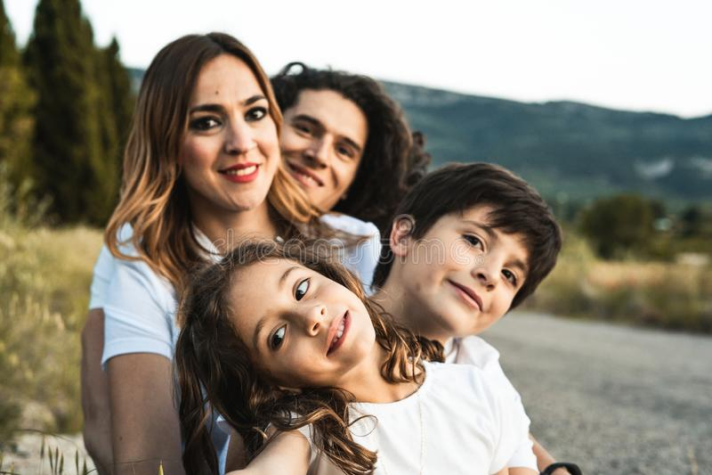 Portret van een gelukkige en grappige jonge familie in openlucht stock foto's