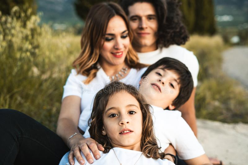 Portret van een gelukkige en grappige jonge familie in openlucht royalty-vrije stock foto's
