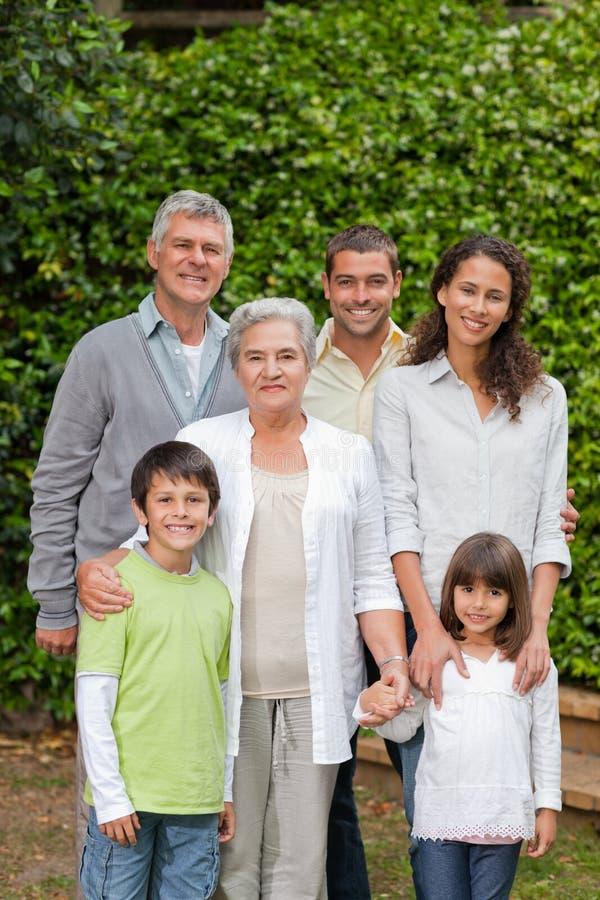 Portret van een gelukkige familie die de camera bekijkt stock afbeelding
