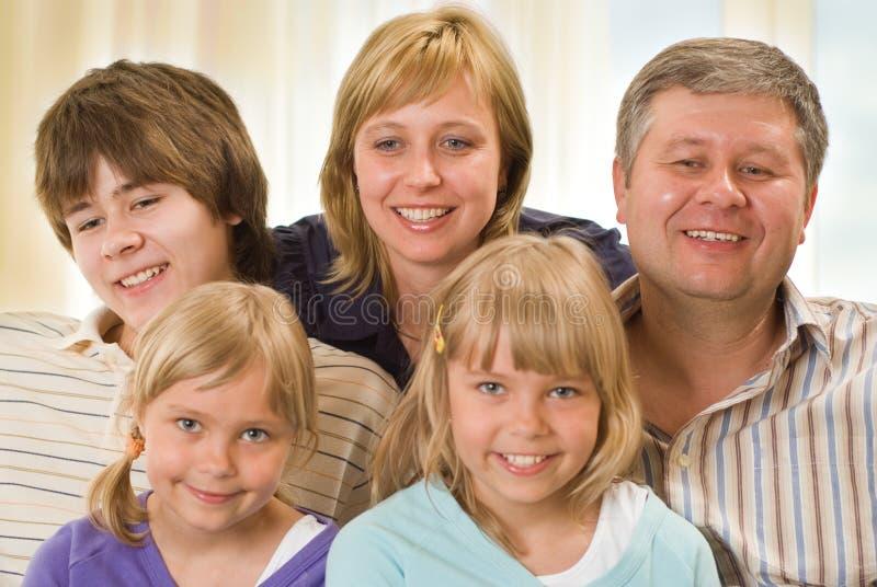 Portret van een gelukkige familie van vijf royalty-vrije stock foto's