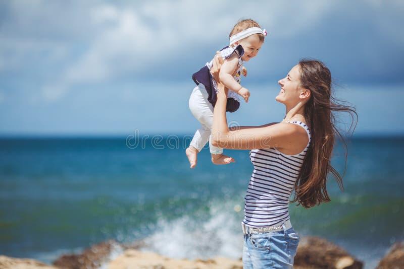 Portret van een Gelukkige familie van vrouw en kind die pret hebben door het blauwe overzees in zomer royalty-vrije stock afbeelding