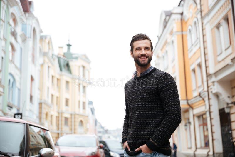 Portret van een gelukkige gebaarde mens in sweater royalty-vrije stock foto's