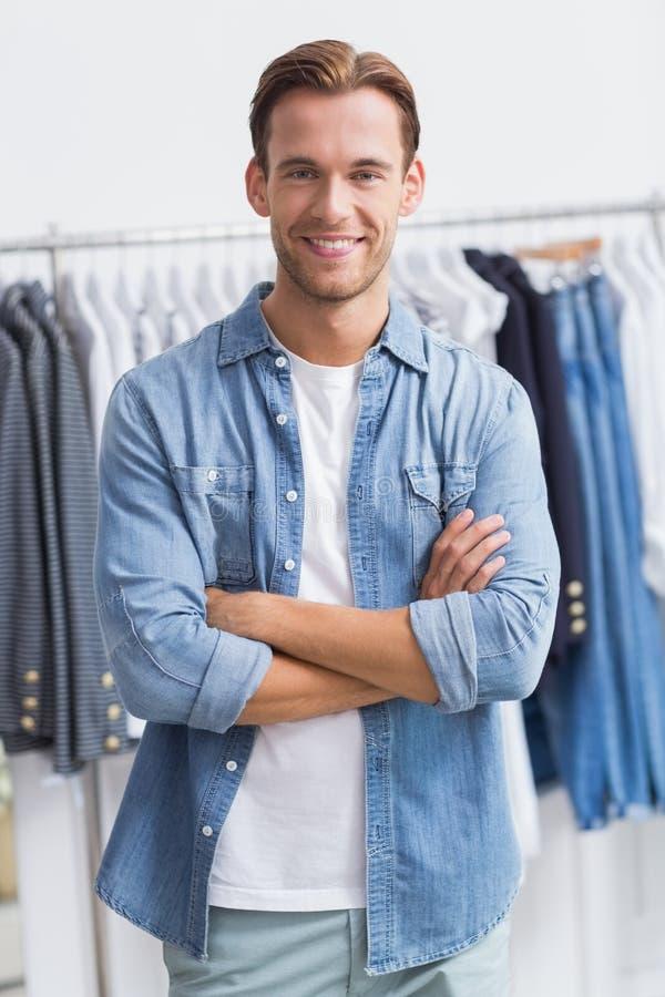 Portret van een gelukkige glimlachende mens met zijn gekruiste wapens stock fotografie