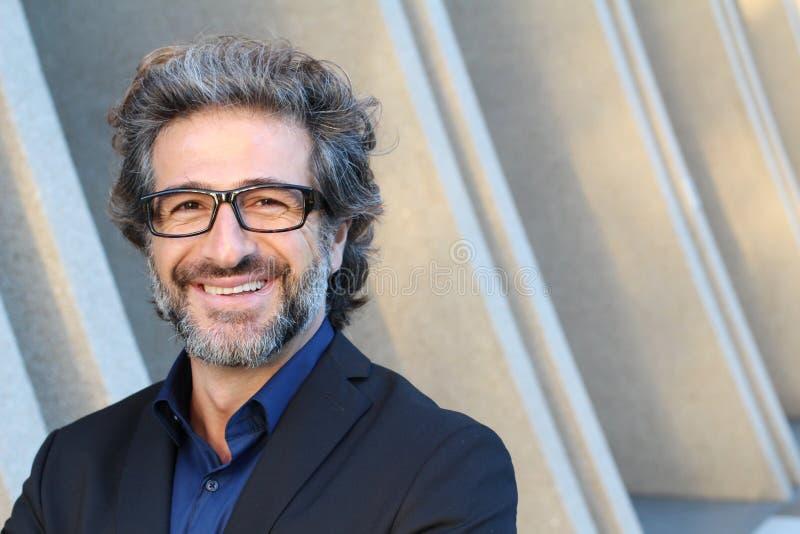Portret van een gelukkige hogere zakenman die met glazen met exemplaarruimte glimlachen stock foto