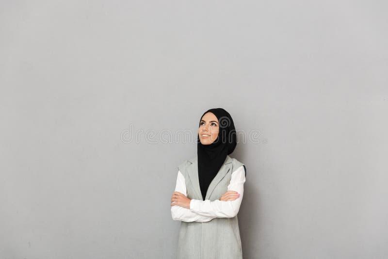 Portret van een gelukkige jonge Arabische vrouw stock foto's