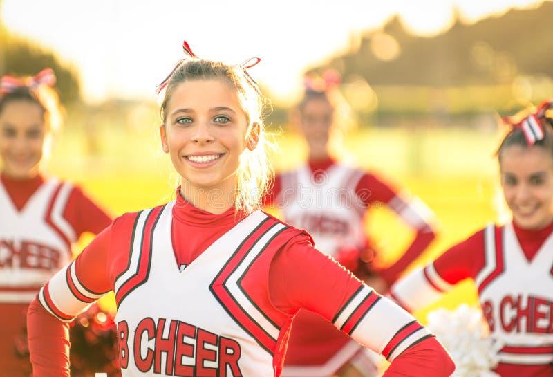Portret van een gelukkige jonge cheerleader in actie in openlucht stock fotografie