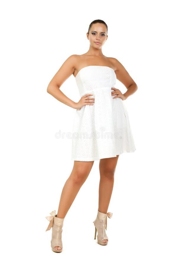 Portret van een gelukkige jonge vrouw status stock fotografie