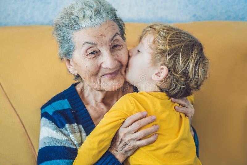 Portret van een Gelukkige Jongen die Gelukkige Grootmoeder kussen royalty-vrije stock foto's