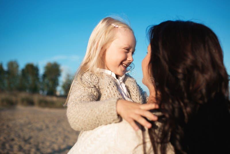 Portret van een gelukkige kleine dochter met zijn moeder royalty-vrije stock foto's