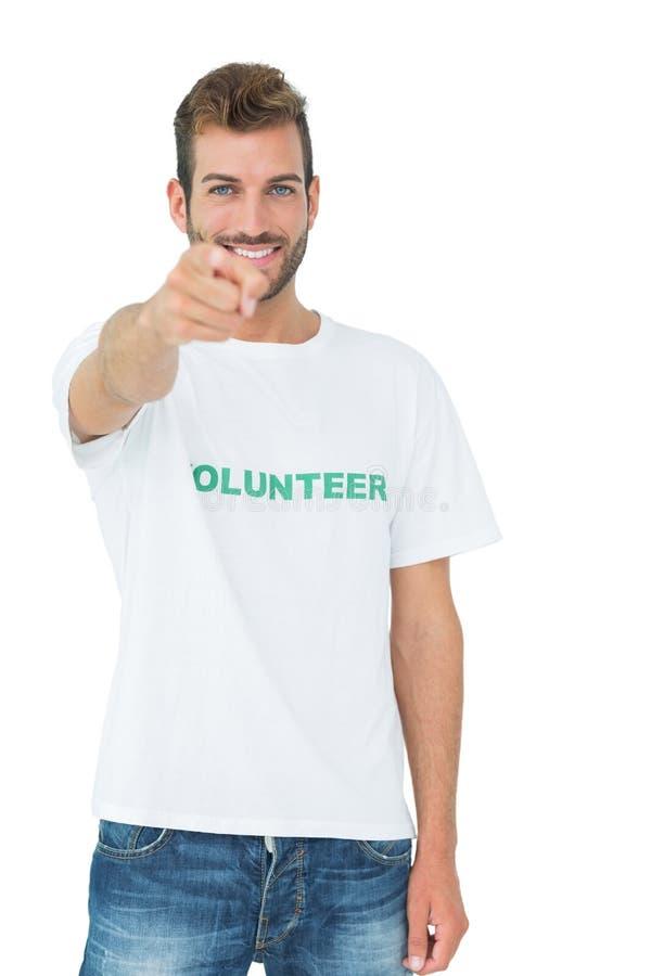 Portret van een gelukkige mannelijke vrijwilliger die op u richten stock fotografie