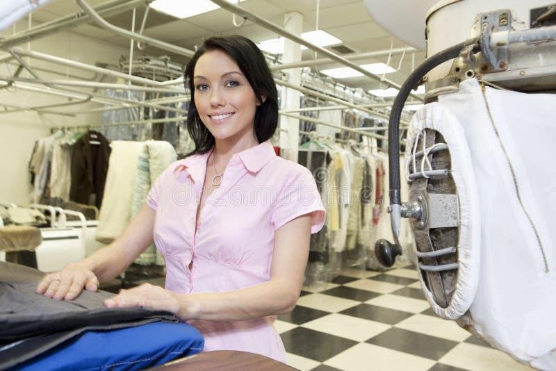 Portret van een gelukkige medio volwassen vrouw in wasserij royalty-vrije stock afbeelding