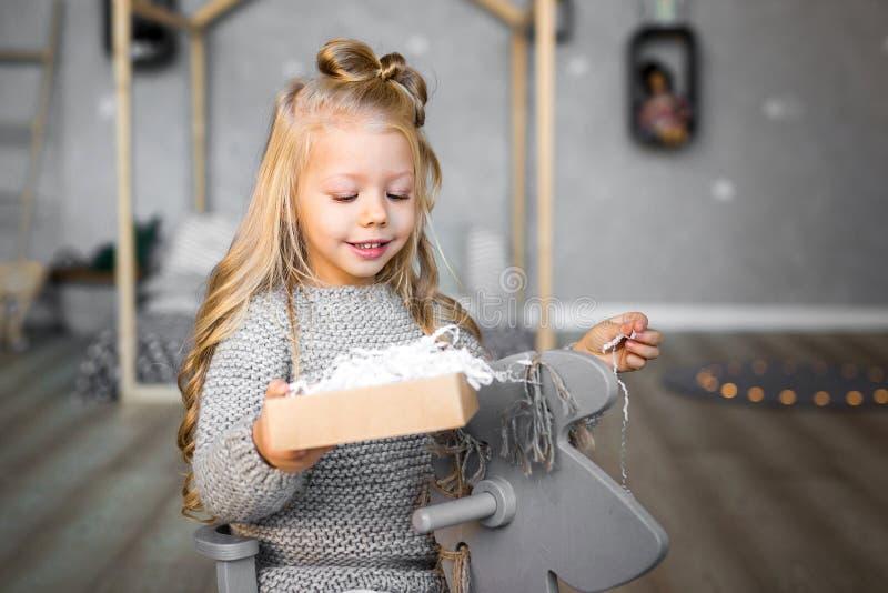 Portret van een gelukkige meisje het openen giftdoos stock foto