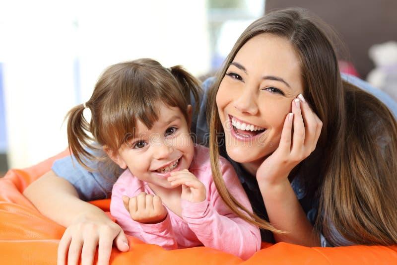Portret van een gelukkige moeder en een dochter royalty-vrije stock foto