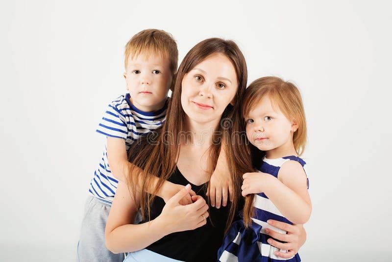Portret van een gelukkige moeder en haar twee kleine kinderen - jongen en royalty-vrije stock fotografie