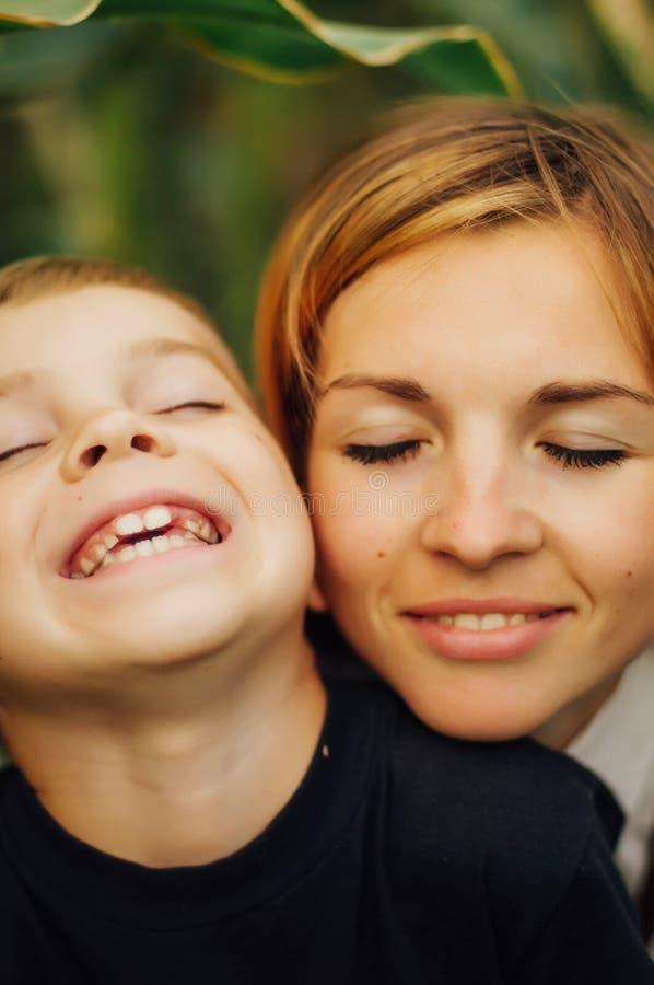 Portret van een gelukkige moeder en haar zoon openlucht Reeks van mo royalty-vrije stock fotografie