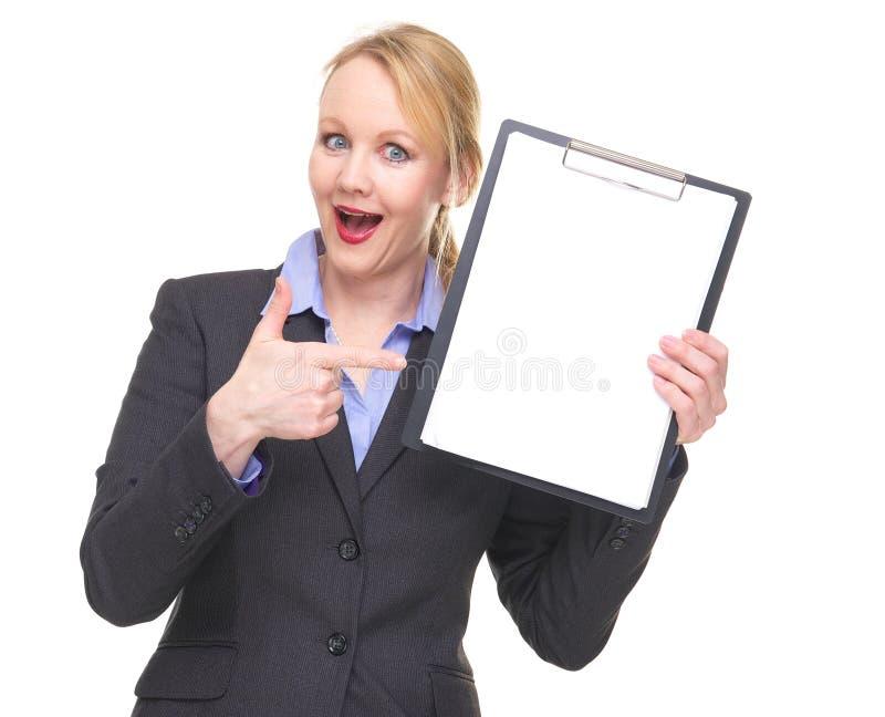 Portret van een gelukkige onderneemster die aan leeg tekenklembord richten royalty-vrije stock foto