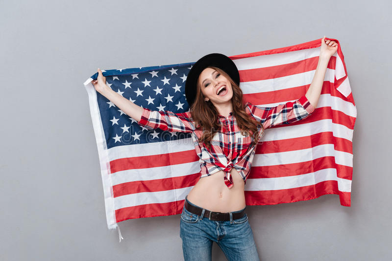 Portret van een gelukkige patriottische vlag van de V.S. van de meisjesholding stock foto's