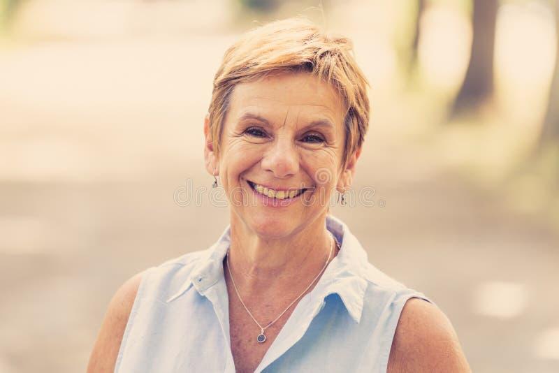Portret van een gelukkige rijpe vrouw in het park royalty-vrije stock afbeeldingen