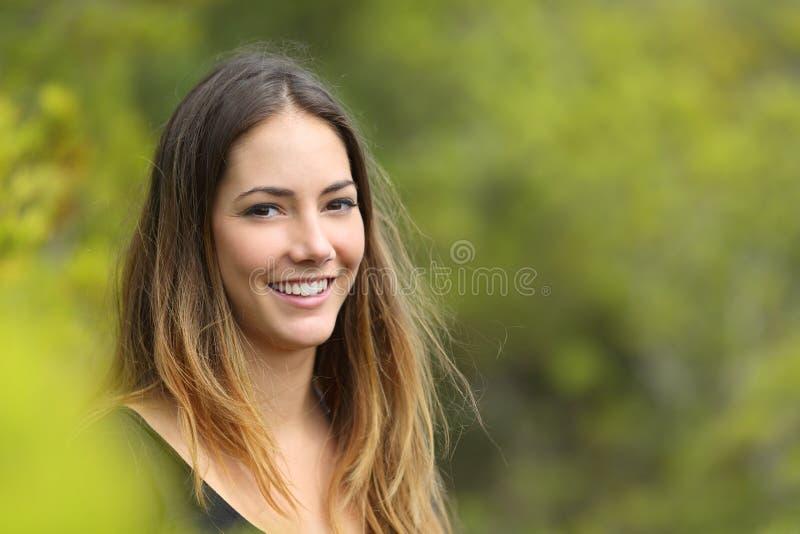 Portret van een gelukkige tiener in een park stock foto