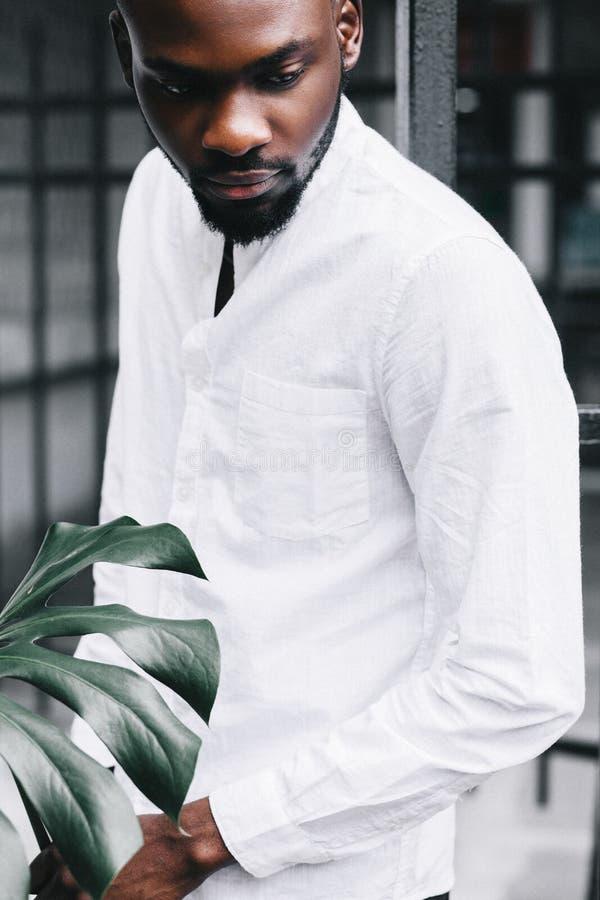 Portret van een gelukkige toevallige afro Amerikaanse mens die zich met handen bevinden royalty-vrije stock fotografie
