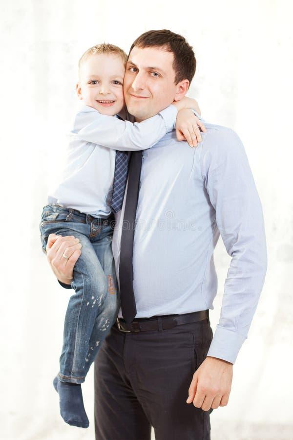 Portret van een gelukkige vader en een zoon samen stock foto