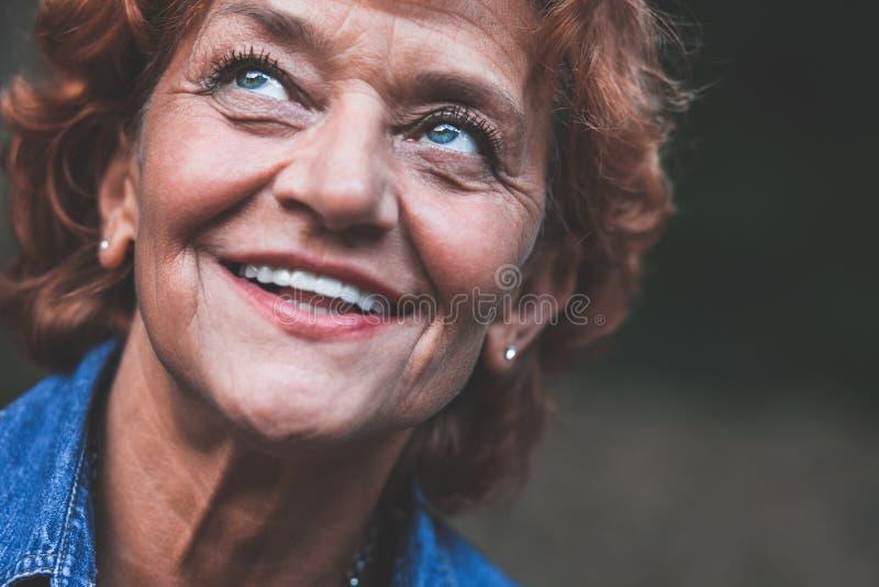 Portret van een gelukkige vijftig éénjarigenvrouw stock fotografie