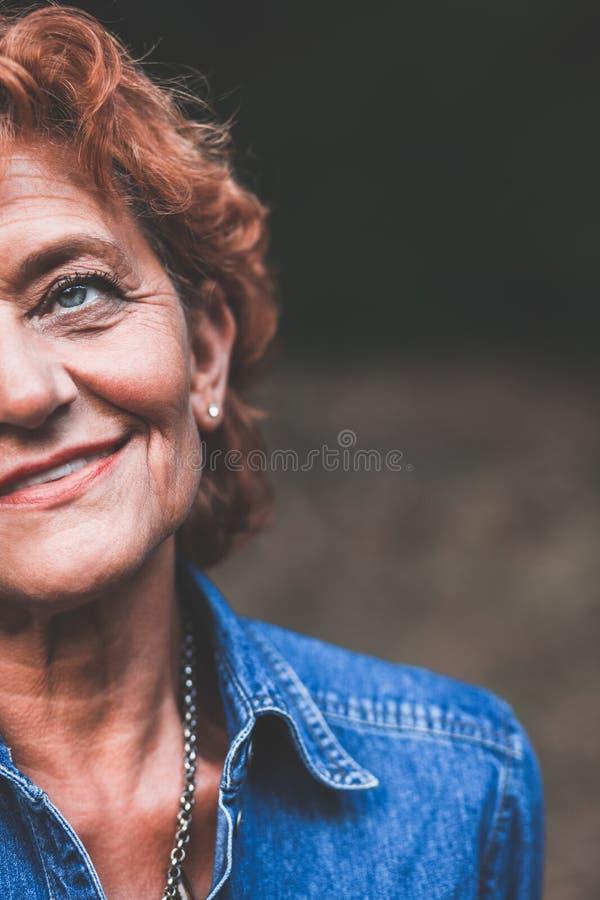 Portret van een gelukkige vijftig éénjarigenvrouw royalty-vrije stock foto's