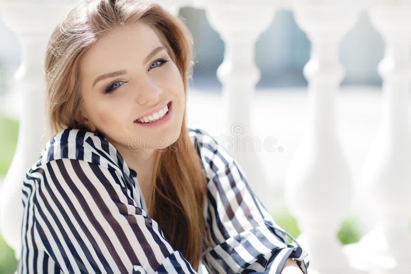 Portret van een gelukkige vrouw in de lentestad royalty-vrije stock foto