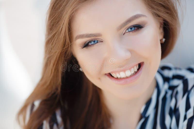Portret van een gelukkige vrouw in de lentestad stock afbeeldingen