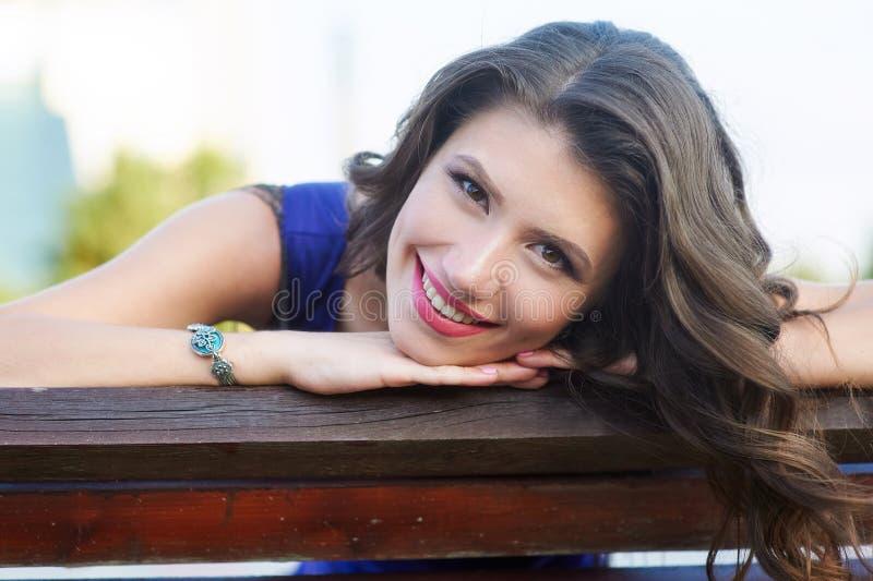 Portret van een gelukkige vrouw met windblown haar in openlucht close-up stock afbeelding