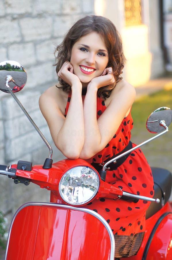 Portret van een gelukkige vrouw op een autoped stock foto's