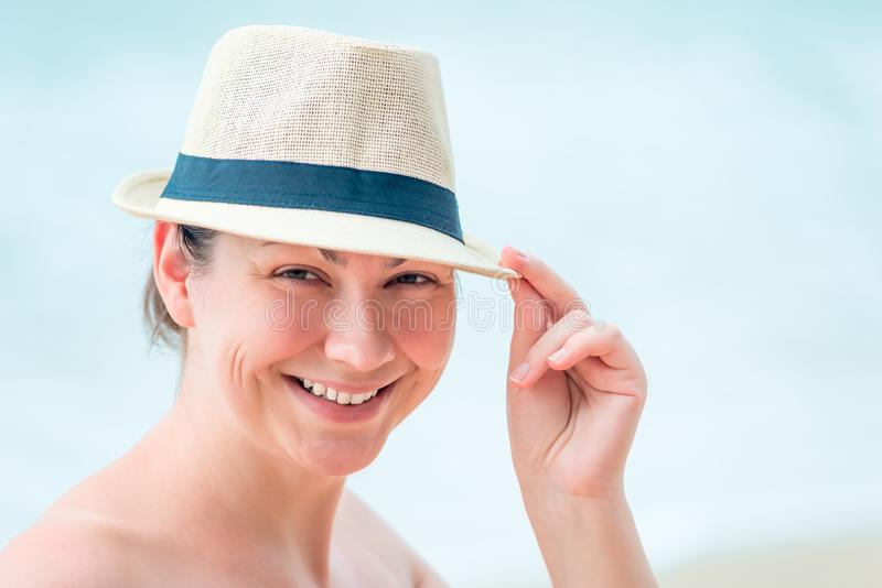 portret van een gelukkige vrouw op het strand stock afbeelding