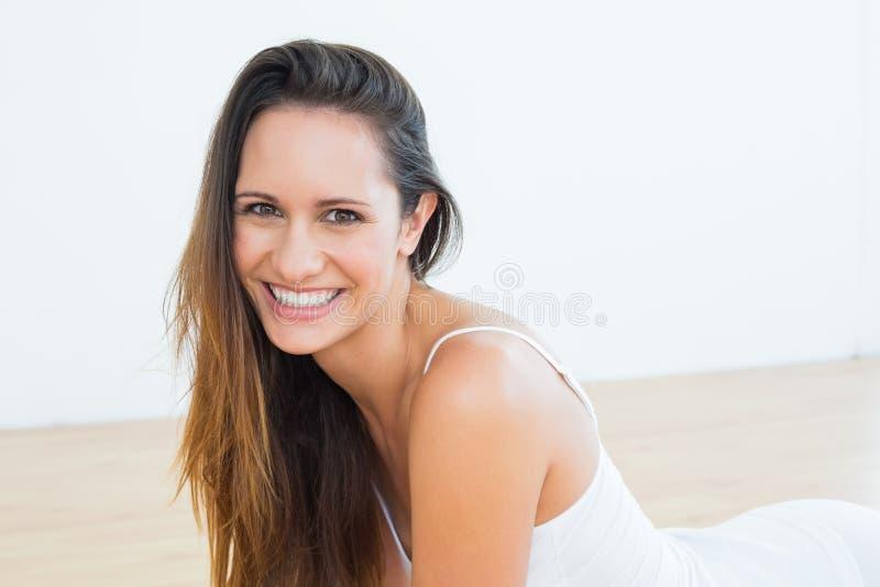 Portret van een geschikte vrolijke vrouw in geschiktheidsstudio stock foto's